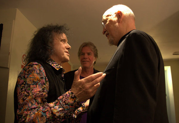 Donovan talking with the great bass player Danny Thompson with Chris Murray looking on, 2011. ©  Virgilio Fino.