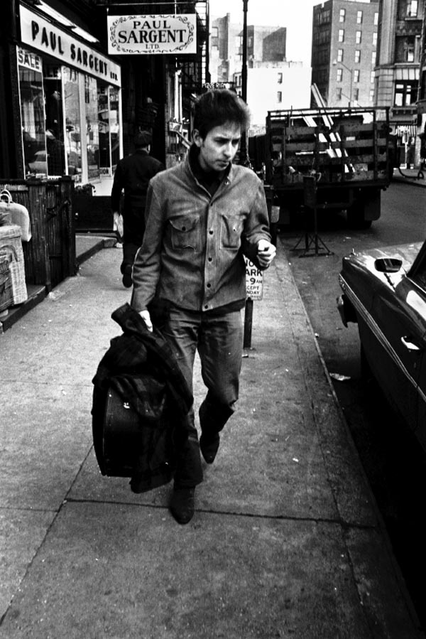 Bob Dylan catching a taxi in Greenwich Village, 1964. © Ted Russell.